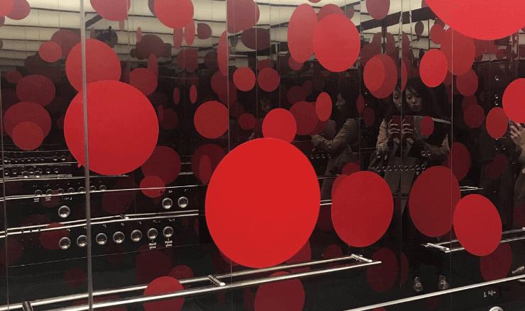 水玉のエレベーターの中
