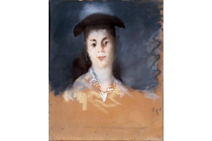 薄布のある帽子をかぶる女